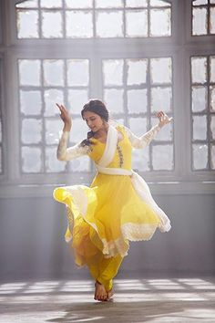deepika padukone /'happy new year' stills /happy new year Bollywood. Bollywood Stars, Bollywood Fashion, Bollywood Actress, Baile Jazz, Kathak Dance, Isadora Duncan, Indian Classical Dance, Freida Pinto, Dance Poses