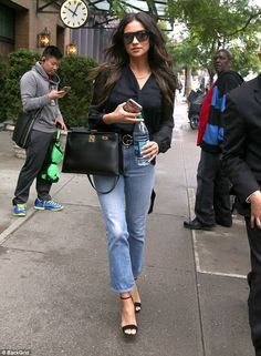 Shay Mitchell shows off city chic style in sheer top Estilo Shay Mitchell, Le Style Shay Mitchell, Shay Mitchell Hair, Blue Jeans, Black Top And Jeans, Black Sheer Top, Black Tops, Jeans Casual, Casual Outfits
