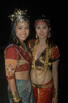"Rochelle Pangilinan and Marian Rivera on set of ""Amaya"" - a tv series inspired by pre-colonial Philippine history. Their characters were upper class maidens called ""binukot"". Ethnic Fashion, Colorful Fashion, Timor Oriental, Filipiniana Dress, Filipino Fashion, Philippine Women, Philippines Culture, Filipino Tribal, Filipino Culture"