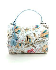Sac à main Luxembourg  Ce sac à la fois pratique et élégant est idéal pour apporter une touche glamour à toutes tenues. Il est à la fois structuré et très souple, et permet également de garder les mains libres grâce à sa bandoulière, ce qui le rend très pratique pour un usage quotidien.   #Hayariparis #floraldesign #luxurybrand #frenchbrand
