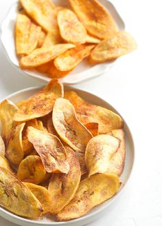 Plantain Chips - crispy, crunchy and addictive fried or baked plantain chips for a wonderful late night snack time or as appetizers! Green Plantain Recipes, Baked Plantain Chips, Good Healthy Recipes, Keto Recipes, Snack Recipes, Cooking Recipes, Drink Recipes, Yummy Snacks, Healthy Snacks