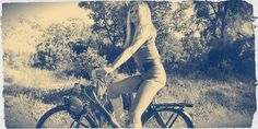 Bardot on a 'Solex' motorized bicycle. Brigitte Bardot, Bridget Bardot, Steve Mcqueen, 70s Vintage Fashion, Classic Fashion, 70s Fashion, Fashion Styles, Womens Fashion, Motorized Bicycle