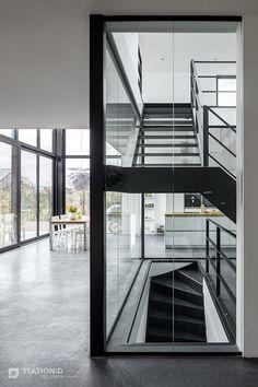 Villa Harnaschpolder - Station-D Architects - http://station-d.nl - De centrale kern is voorzien van een industriële design trap, als ware eye-catcher in het hart van de villa. Foto: Stijnstijl Fotografie #black #metal #stairs