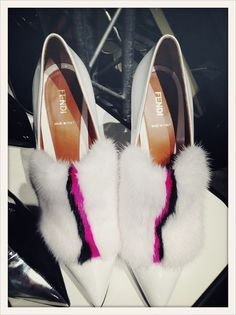 Chaussures en fourrure blanche et rose fluo en backstage du défilé  Fendi  Fourrure Blanche, e20e32cebfb