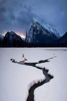 New Wonderful Photos: Winter Lake, Mount Rundle, Canada