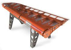 飛行機の翼部分を使って作られたテーブル。  まるで皮製のようねテーブルです。