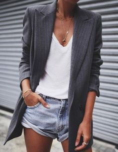 Le combo short en jean et blazer long