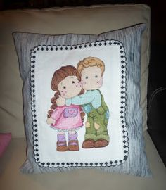 Um dos meus trabalhos mais recentes, o bordado dum abraço aplicado numa almofada.   Coloquei-a no meu carro, pois gosto de ter sempre uma ...