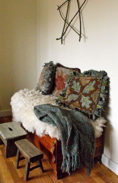 rug hooked pillows - LOVE!