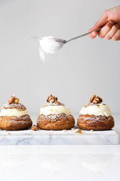 Choux aux Craquelin with Praline Cream Slow Cooker Desserts, Köstliche Desserts, Dessert Recipes, Fall Recipes, Sweet Recipes, Healthy Recipes, Cream Puff Recipe, Creme Puff, Choux Pastry