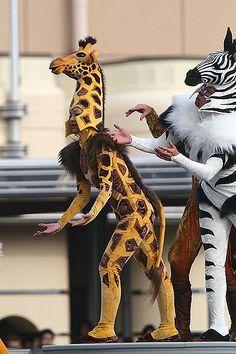 Giraffe and zebra costumes Dollar Store Halloween, Adult Halloween Party, Creative Halloween Costumes, Halloween Party Decor, Diy Costumes, Costume Ideas, Halloween Candy, Creepy Halloween, Halloween Themes