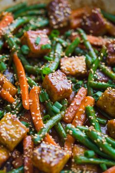 Sesame Ginger Tempeh Stir Fry- this vegan stir fry is super easy to throw together making it the perfect dinner and leftover lunch! Vegetarian Stir Fry, Vegan Stir Fry, Healthy Stir Fry, Vegetarian Entrees, Vegan Meals, Vegan Food, Tempeh, Tofu, Veggie Recipes