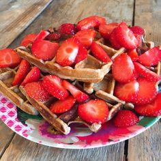 Recept voor gezonde proteïne wafels met verse aardbeitjes. Super lekker ontbijtje wat zo in elkaar zit, en zeg nou zelf, zo kan je dag niet meer stuk.