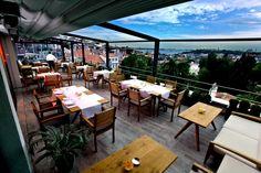 Das Restaurant befindet sich auf der Dachterrasse des Beyoğlu Tomtom-Suites-Hotels. Es hat nicht nur einen herrlichen Blick auf die Altstadt, sondern, was noch wichtiger ist, in der Küche zelebrieren zwei jung Köche ihre Speisen, die dabei nur mit regionalen Zutaten arbeiten. Ihre einfallsreichen Ideen machen z.B. die türkische Spezialität, Arnavut Ciğeri (Albanisch-Gänseleber) zu der besten Delikatesse der Stadt. Einer ihrer Desserts, eine Panna Cotta mit Joghurt, bleibt von der Trickkiste…