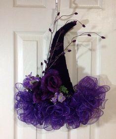 Halloween Witch Wreath, Halloween Mesh Wreaths, Halloween Magic, Halloween Hats, Diy Halloween Decorations, Deco Mesh Wreaths, Holiday Wreaths, Halloween Stuff, Halloween Ideas