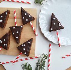 """Die kleinen Dinge on Instagram: """"Weihnachtsbäckerei 🎄 Lebkuchen vom Blech in Bäumchenform werden wir jetzt im Advent auf jeden Fall wieder backen. Schaut so hübsch aus und…"""" Advent, Form, Gift Wrapping, Holiday Decor, Gifts, Instagram, Little Ones, Little Things, Ginger Beard"""