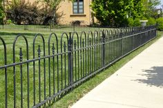 Arched wrought iron fence pattern Rod Iron Fences, Wrought Iron Fences, Deck Gate, Garden Gates And Fencing, Boundary Walls, Fence Styles, Front Fence, Fence Landscaping, Fenced In Yard