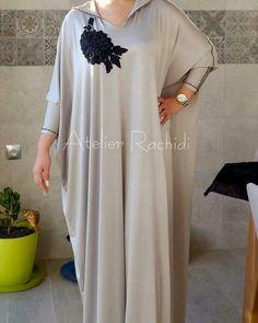 Photo Instagram de caftan marocaine • 12 mai 2017, 15:44 Abaya Fashion, Kimono Fashion, Modest Fashion, Fashion Outfits, Abaya Style, Kurta Designs, Caftan Gallery, Morrocan Dress, Mode Kimono