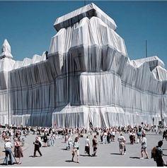 """jeanne claude et christo reichstag 1995  """"Nos projets s'approprient ou empruntent des espaces qui habituellement n'appartiennent pas a la sculpture"""""""