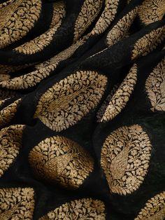 Silk Saree Banarasi, Banaras Sarees, New Saree Blouse Designs, Salwar Designs, Black Saree Blouse, Off White Saree, Weave Shop, Simple Kurta Designs, Bridal Dupatta