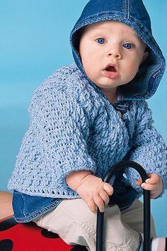 Diese niedliche, hellblaue Babyjacke können Sie selbst häkeln - mithilfe unserer Häkelanleitung geht das ganz einfach. © Christophorus Verlag