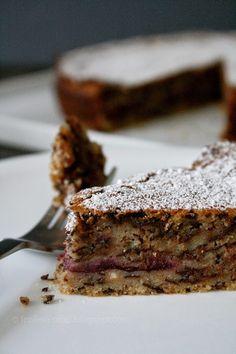 italienischer Mandelkuchen mit Schokolade und Kirschen