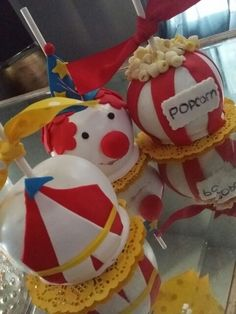 """""""come one come all """" circus chocolate covered apples Circus Theme Party, Circus Birthday, 3rd Birthday Parties, Dessert Buffet, Candy Buffet, Dessert Bars, Chocolate Covered Apples, Chocolate Covered Strawberries, Caramel Candy"""