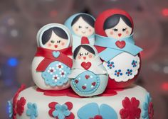 Matryoshkas cake toppers (via Hosting Essence).