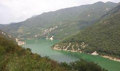 배내계곡에서 바라본 밀양댐방향의 물길과 병풍처럼 쳐진 산들...  [120901]