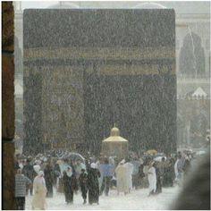 When it rains in Masjid-al-Haram, Makkah. Mecca Madinah, Mecca Masjid, Masjid Al Haram, La Ilaha Illallah, Saints, Mekkah, Les Religions, Beautiful Mosques, Islam Religion
