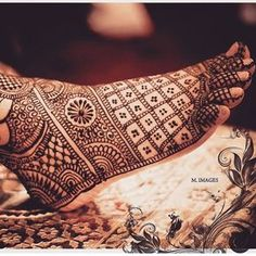 Find out the best bridal mehndi designs for foot and legs. Choose from the easy mehndi design images shown here with different patterns of floral, peacock, leaf-like. Leg Mehndi, Legs Mehndi Design, Foot Henna, Mehndi Design Pictures, Henna Mehndi, Mehndi Art, Mehndi Images, Heena Design, Henna Art