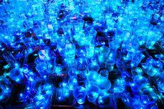 Detalle de la piscina creada con recipientes de plástico por luz interruptus