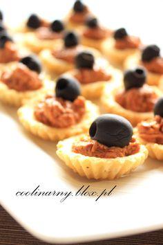 Mini babeczki serowe z pastą z suszonych pomidorów i oliwką
