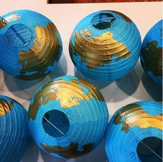 Centrotavola Globe The post Centrotavola Globe appeared first on Italia Moda. Banquet Centerpieces, Travel Centerpieces, Cadeau Couple, Around The World Theme, Travel Baby Showers, Going Away Parties, Travel Party, Thinking Day, Travel Themes