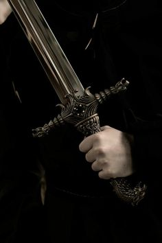 """— Что вы замышляете, Рокэ? — полюбопытствовал Савиньяк. — Злодейство, — вздохнул Алва, — разумеется, я замышляю злодейство, причем немыслимое. Вера Камша """"Отблески Этерны. Книга 1. Красное на красном"""" Queen Aesthetic, Princess Aesthetic, Book Aesthetic, Character Aesthetic, Pantheon Lol, Mythos Academy, Hawke Dragon Age, Yennefer Of Vengerberg, Slytherin Aesthetic"""