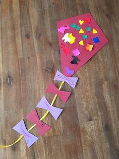 Vlieger maken. Beplakken met plakfiguren en de strikjes laten kleuren.