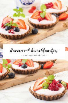 Heerlijke ontbijt taartjes met kwark, havermout en vers rood fruit. Zo wordt ontbijten een feestje.