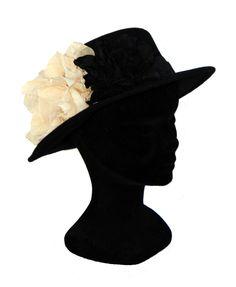 Sombrero negro con flor en color crudo