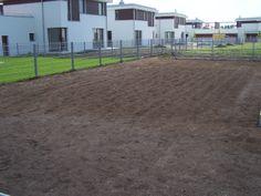 Działka po wysianiu trawy.