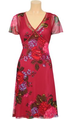 Deze jurk is zo leuk door de doorzichtige stof eroverheen. Hierdoor is het heel licht en waait het leuk mee in de zachte lentewind :)