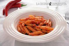Le penne all'arrabbiata sono un primo piatto della tradizione culinaria romana. Le penne all'arrabbiata sono condite con un semplice sugo di pomodori pelati arricchito da abbondante peperoncino.