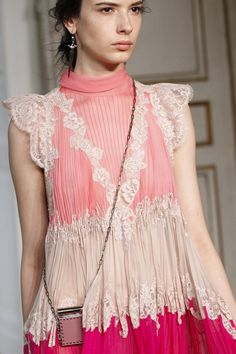 The complete Valentino Spring 2017 Ready-to-Wear fashion show now on Vogue Runway. Pink Fashion, Fashion Week, Fashion 2017, Paris Fashion, Love Fashion, Runway Fashion, Fashion Show, Fashion Trends, Valentino 2017
