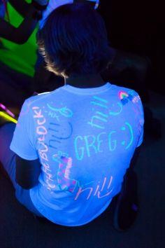 Ideia: De as convidados uma camisa branca e canetas neon, no final da festa os de de lembrancinhas