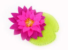 Broche fleur de nénuphar ou lotus rose fuchsia et violet prune en feutrine brodée à la main et ornée de perles de verre Japonaises.