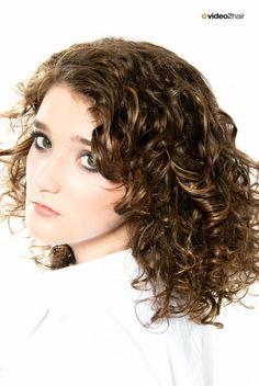 Martha Norz zeigt Ihnen mit dieser Technik, wie Sie in lockiges Haar natürliche Effektsträhnen platzieren. www.video2hair.com/de/home/66711120 Hairdos, Dreadlocks, Hair Styles, Colors, Beauty, Beautiful, Curly Hair, Up Dos