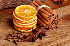 Dried-fruit crafts- Dried oranges and cinnamon, I am going to dry oranges, lemons, limes and apples and tie them with my cinnamon hearts to hand on tree. Noel Christmas, Primitive Christmas, All Things Christmas, Christmas Ornaments, Christmas Oranges, Christmas Punch, Natural Christmas, Christmas Kitchen, Dried Oranges