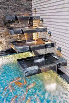 Betonstufen und Wasserfall Effekt im Koi-Teich