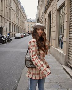This post is all about the best street-style looks from Paris Fashion Week It's that time of the year… Fashion month! Last week Paris Fashion week closed off the shows and I am so excited abo… Paris Outfits, Fall Fashion Trends, Winter Fashion Outfits, Fashion Week, Look Fashion, Autumn Fashion, Fall Outfits, Looks Street Style, Looks Style