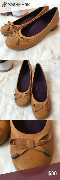 321cbc33410c NWOT Vionic shoes with orthaheel technology Never worn VERy comfy mustard  color shoes. Bow detail on front.