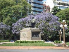 Plaza Grand Bourg, El monumento al abuelo inmortal, que representa a San Martín anciano con sus nietas,